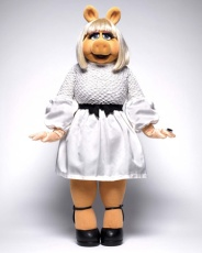 Miss Piggy in Jason Wu / 📷 Dan Forbes for Instyle