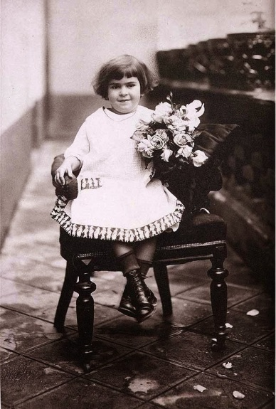 Frida Kahlo at age 4, 1912. (Portraits of Young Frida Kahlo by Her Father Guillermo Kahlo via www.Vintag.es )