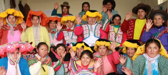 Artesanas in Cusco / Photo via Tres Alpaquitas.com